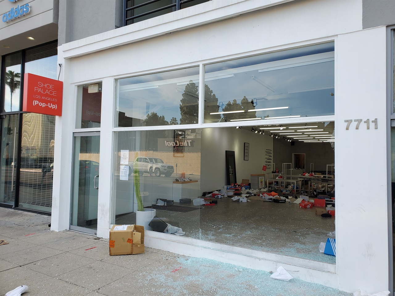 약탈당한 패어팩스 인근의 신발 상점.