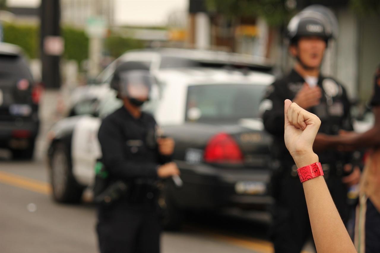 한 시위자가 '흑인의 생명은 소중하다' 사인을 하고있다.