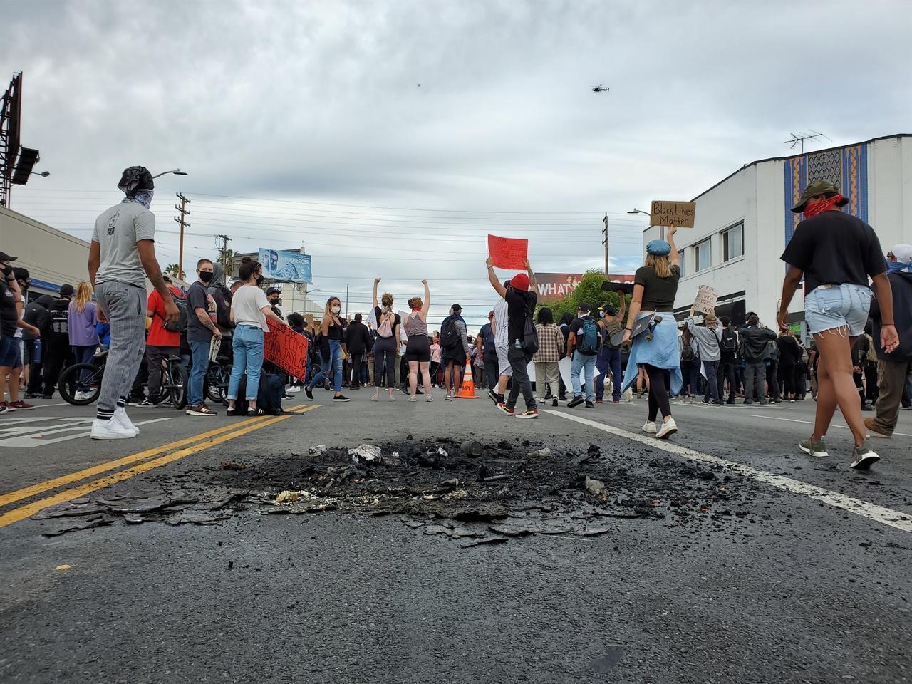 오후까지 대부분의 시위는 평화롭게 이뤄졌지만 곳곳에 방화의 흔적이 있다