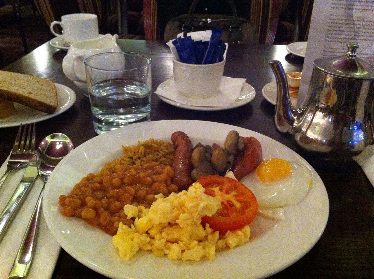 내가 아는 최고의 영국식 아침 회사 일 때문에 영국 중부의 체스터라는 도시에 종종 들렀었습니다. 여왕의 호텔이라는 이름을 가진 고풍스러운 건물에서 챙겨먹던 아침 식사인데, 가장 전형적인 영국식 아침이네요.