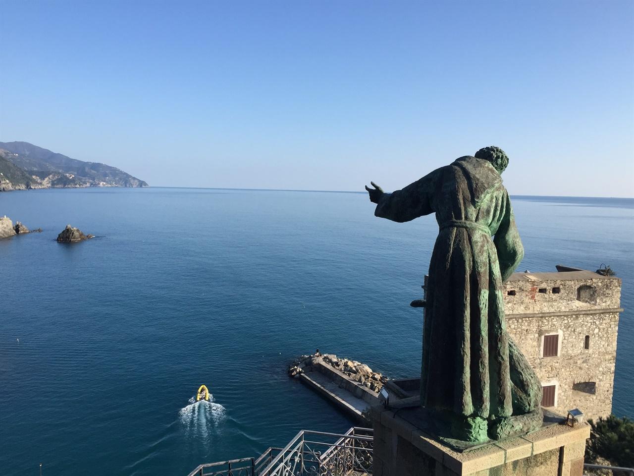 티레니아 해를 바라보며, 늑대를 달래는 프란치스코 성인 지난번 이탈리아 여행에서 찾았던 몬테로쏘 알 마레의 풍경인데요, 언젠가는 장화의 반대편은 아드리아해를 따라 내려가는 <트립 투 이탈리아>의 루트를 따라가고 싶어요.