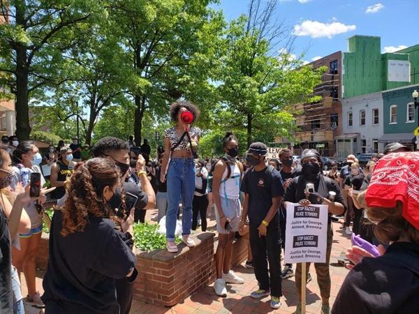 미국 워싱턴DC 항의시위 연설 미국 워싱턴DC 하워드대학 앞에서 5월 31일(현지시간) 조지 플로이드 사망사건에 항의하는 의미로 열린 시위에서 주최 측이 연설하고 있다.
