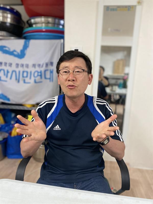 용산시민연대 사무실에서 인터뷰하고 있는 이원영