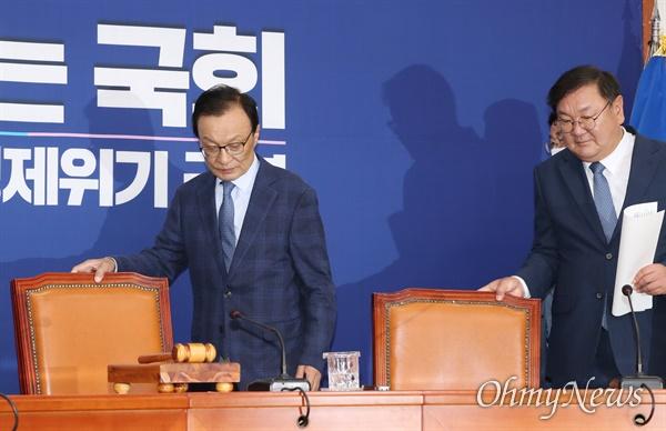 더불어민주당 이해찬 대표와 김태년 원내대표가 1일 오전 서울 여의도 국회에서 열린 최고위원회의에 입장하고 있다.