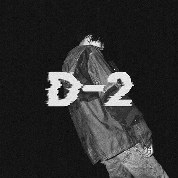 방탄소년단의 멤버 슈가가 랩 네임 어거스트 디(Agust D)로 5월 22일 발표한 믹스테이프 'D-2'의 커버. 이 앨범에 수록된 '어떻게 생각해'가 논란을 불렀다.