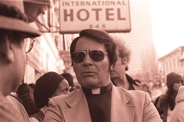 짐 존스는 1978년 11월 18일 악명높은 '인민사원 집단자살사건'을 일으켜 본인을 포함한 918명의 목숨을 앗아간 인물이다.