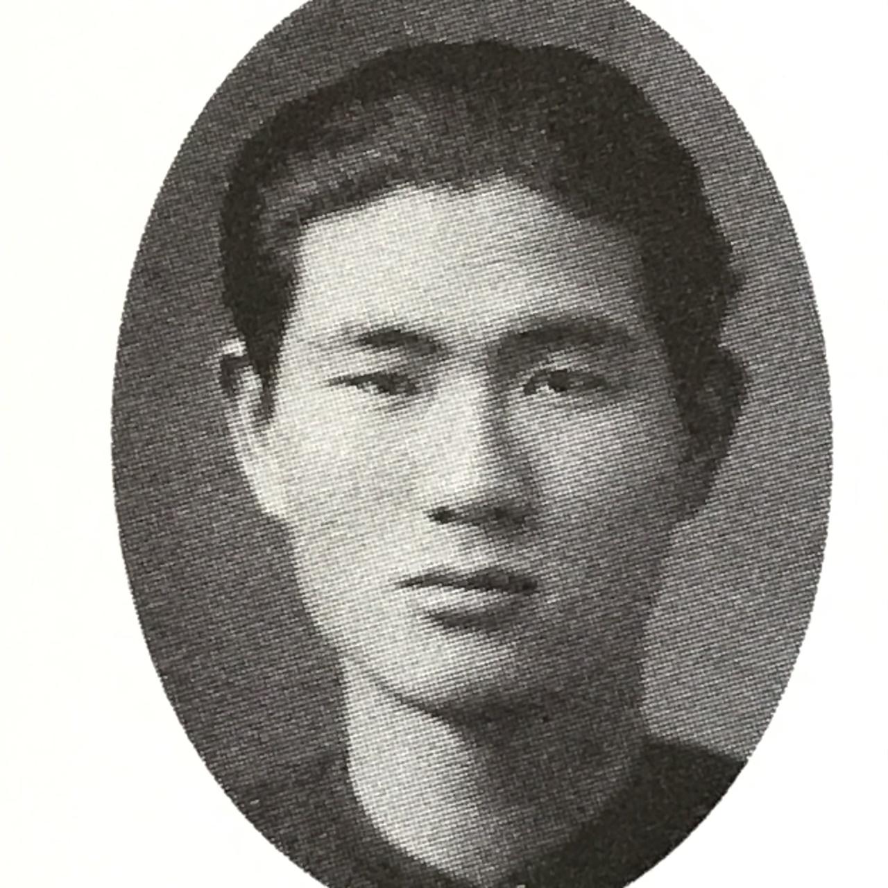 청년 박봉석 '한국 도서관의 아버지'라고 불리는 박봉석의 청년 시절. 중앙불교전문학교에 다닐 때 찍은 사진이다. 1905년 8월 22일 경남 밀양에서 태어난 박봉석은 1927년 3월 중앙고등보통학교를 졸업했다. 졸업 후 밀양군 표충공립보통학교에서 1년 동안 교사로 일했다. 교사를 그만둔 박봉석은 1929년 5월 중앙불교전수학교(중앙불교전문학교)에 입학했다.