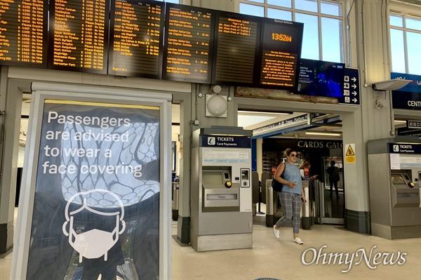 영국 정부의 단계적인 이동제한(lockdown) 완화조치가 시행되면서, 버스와 지하철 등의 대중교통 운행도 새로운 가이드라인에 따라 운행되고 있다. 영국정부는 대중교통을 이용하는 시민들은 가급적 마스크 착용을 권고하고 있다.