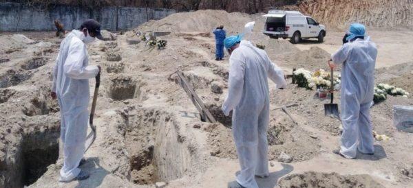 멕시코 태평양 유명 휴양도시 아카풀코의 공동묘지. 5월 23일 시정부는 300기의 구덩이를 추가로 확보할 것을 결정했다. 멕시코는 문화적으로 사후 화장에 대한 인식이 매우 부정적이기 때문에 각 지방 정부들은 코로나바이러스 확진 이후 사망한 경우라도 매장을 허용한다.
