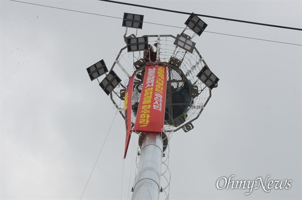 경북 경산에서 택시노동자가 1일 오전 24m 높이의 조명탑에 올라가 집단해고 해결을 촉구했다.
