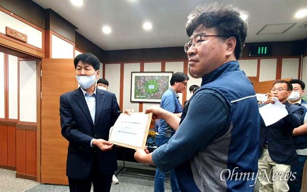 전국공무원노동조합 합천군지부는 6월 1일 합천군수실에 보건소장 관련해 항의서한을 전달했다.