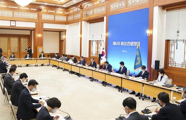 문재인 대통령이 1일 청와대에서 제6차 비상경제회의를 주재하고 있다.