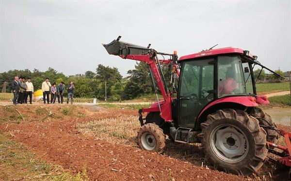 마늘 가격이 폭락하자 한 농민이 트랙터로 마늘밭을 갈아 엎고 있다. 마늘밭 주변에서 그동안 자식같이 키워온 마늘이 폐기되는 모습을 농민이 바라보고 있다.
