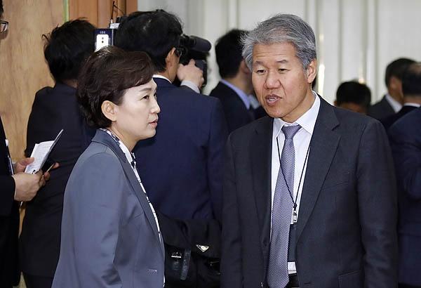 청와대 김수현 정책실장(오른쪽)과 김현미 국토교통부 장관이 지난 2018년 11월 20일 청와대에서 열린 제3차 반부패정책협의회에서 얘기를 나누고 있다.