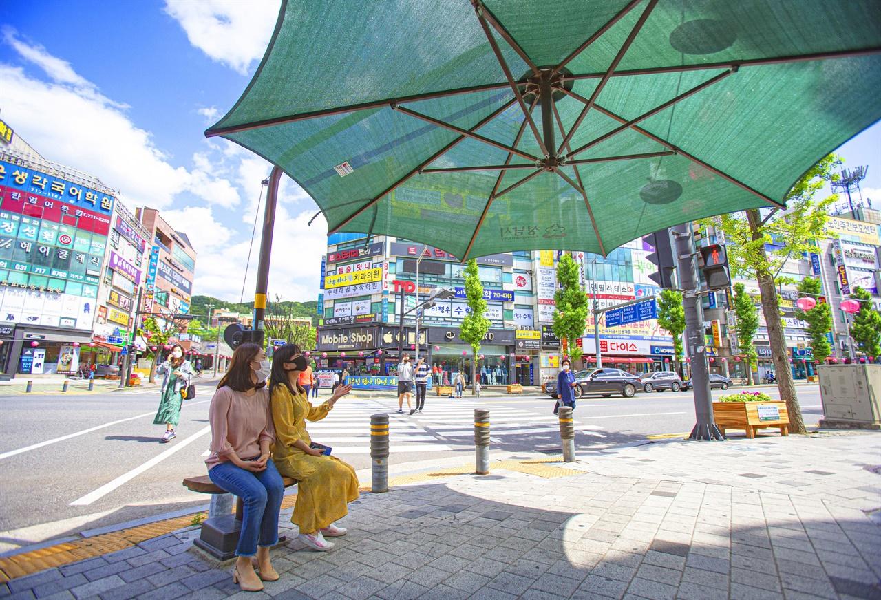 경기 성남시는 폭염·풍수해 대비 종합대책을 수립해 오는 10월 15일까지 시행에 들어간다. 사진은 수내동에 설치한 그늘막 모습