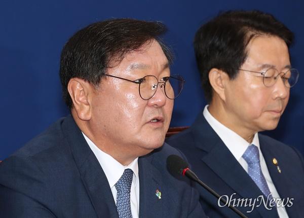 더불어민주당 김태년 원내대표가 2일 오전 서울 여의도 국회에서 원내대책회의를 주재하고 있다.
