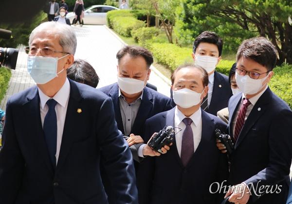 강제추행 혐의를 받는 오거돈 전 부산시장이 2일 부산지방법원에 구속전피의자심문을 위해 출석하고 있다.