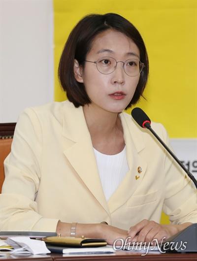 정의당 장혜영 의원이 2일 오전 서울 여의도 국회에서 열린 의원총회에서 모두발언을 하고 있다.