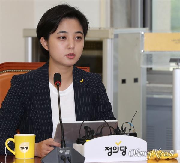 정의당 류호정 의원이 2일 오전 서울 여의도 국회에서 열린 의원총회에서 모두발언을 하고 있다.