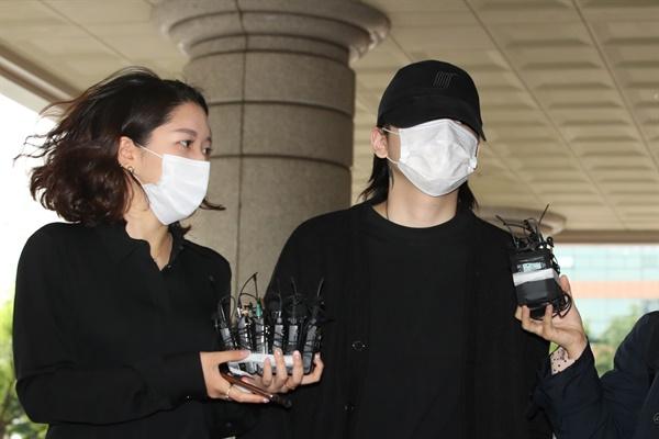 '음주운전ㆍ운전자 바꿔치기' 혐의로 재판에 넘겨진 래퍼 장용준이 2일 오전 서울 마포구 서부지법에서 취재진의 질문을 받고 있다.