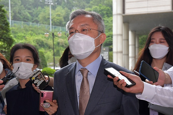 조국 전 법무부장관의 아들에게 허위 인턴증명서를 발급한 혐의로 기소된 최강욱 열린민주당 대표가 2일 서초동 서울중앙지법에서 열린 공판을 마치고 청사를 나서고 있다.