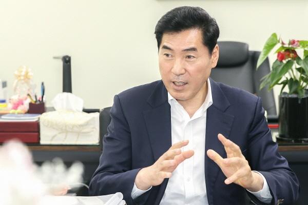 """""""김상돈 의왕시장""""  김상돈 의왕시장은 '포스트 코로나19 시대'에 예고된 경제위기를 극복해 기회로 만드는 데 지혜를 모아야 한다고 강조했다."""