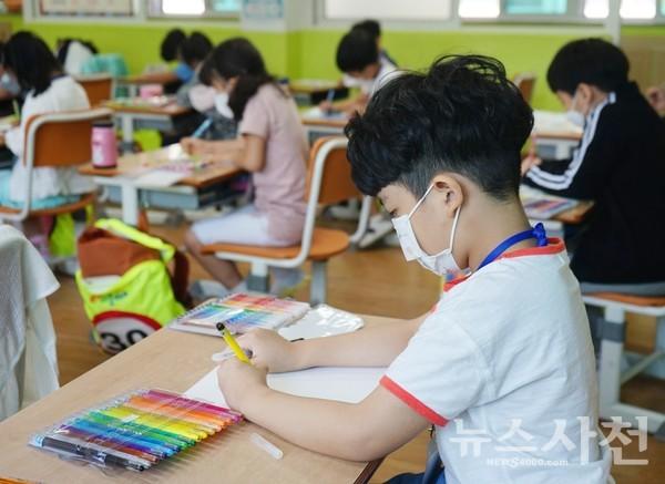 마스크를 끼고 수업 중인 1학년 학생의 모습.