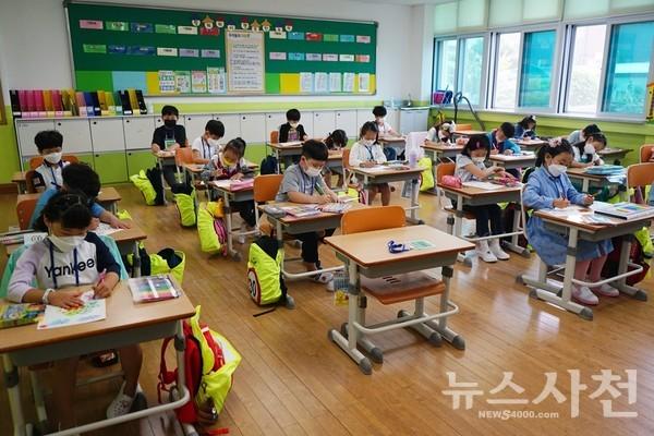 시험대형으로 최대한 거리를 띄운 채 앉아 수업을 듣고 있는 초등학생들.