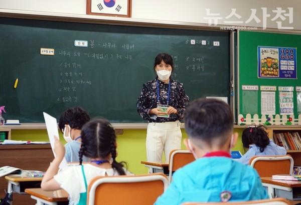 5월 28일 오전 삼성초등학교 1학년 교실에서 마스크를 착용한 학생이 선생님에게 질문을 하는 모습.
