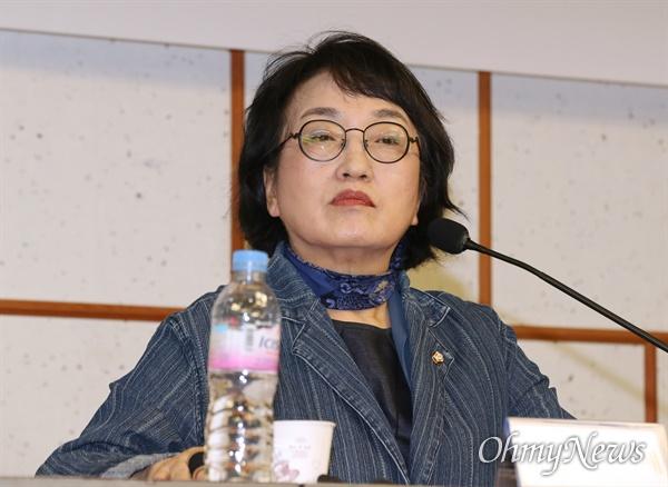 열린민주당 김진애 원내대표가 2일 오전 서울 여의도 국회 의원회관에서 기자간담회를 하고 있다.