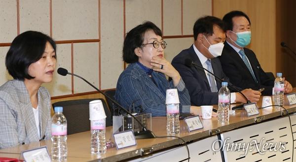 열린민주당 김진애 원내대표를 비롯한 지도부가 2일 오전 서울 여의도 국회 의원회관에서 기자간담회를 하고 있다.