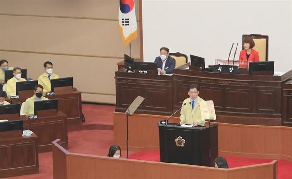 김경수 경남지사가 6월 2일 경남도의회 본회의에서 추경예산안에 대해 설명하고 있다.