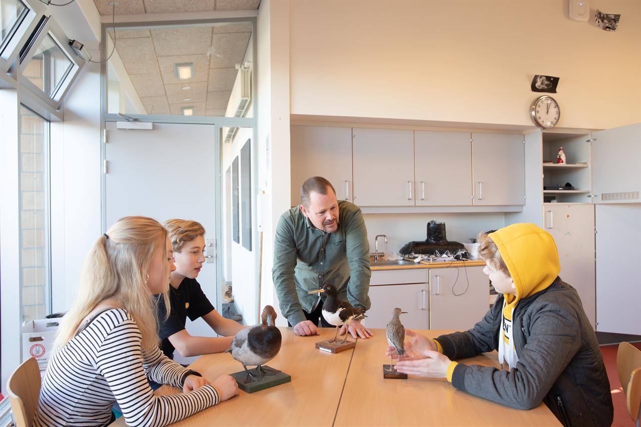 초중등학교 트레크로네르스콜렌Trekronerskolen의 영어 시간. 수업 중인 안데르스 울랄(Anders Uldal) 선생님이 아이들과 함께 수업을 하고 있다.