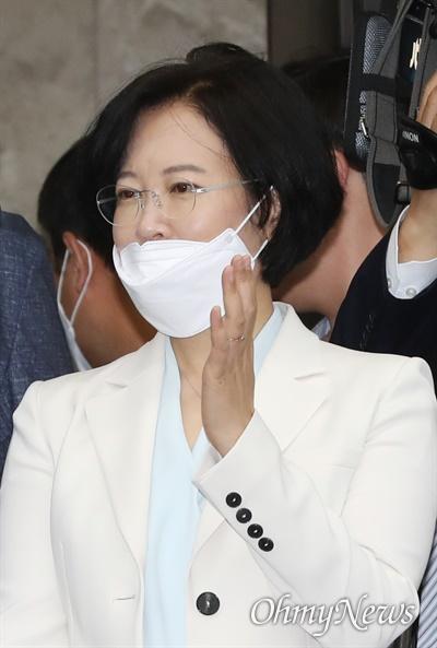 더불어민주당 이수진 의원이 2일 오전 서울 여의도 국회에서 열린 의원총회에 참석하고 있다.