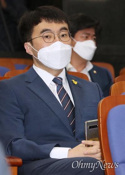 더불어민주당 김남국 의원이 2일 오전 서울 여의도 국회에서 열린 의원총회에 참석하고 있다.