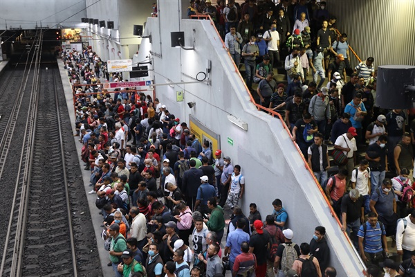 지난 4월 15일 멕시코의 수도 멕시코시티의 지하철 메트로 콜렉티브 시스템 이용자들이 사회적 거리 두기 없이 역을 이용하고 있다. 이후 4월 17일 멕시코시티 당국은 세계에서 가장 붐비는 곳 중 한 곳인 멕시코시티 지하철에서 마스카와 스카프 착용을 의무화하겠다고 발표했다.