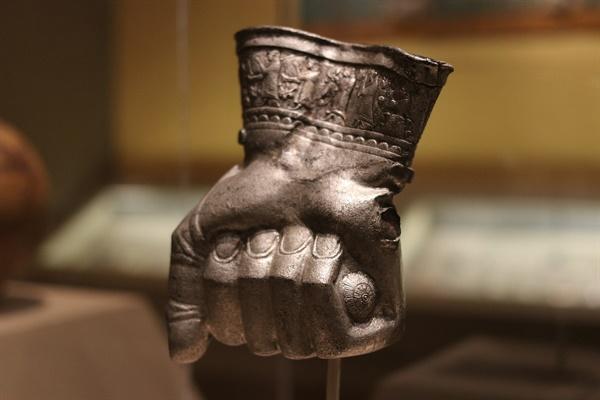 고대국가 히타이트의 유물. 사람 주먹 모양을 한 컵이다. 히타이트는 앞선 철기문명을 바탕으로 주변국가들을 정복해나갔다.