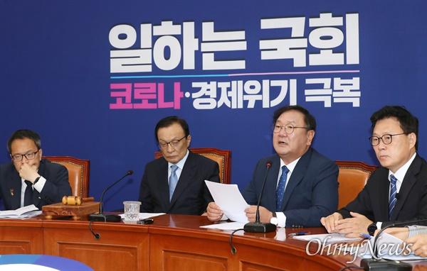 더불어민주당 김태년 원내대표가 3일 오전 서울 여의도 국회에서 열린 최고위원회의에서 모두발언을 하고 있다.