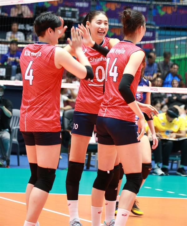 김연경 선수(가운데)