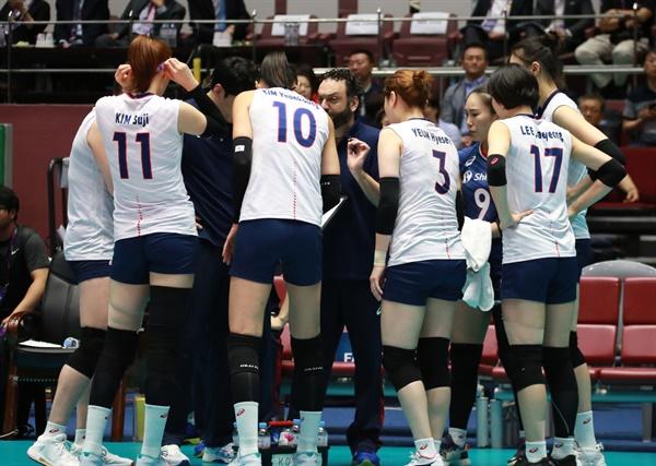 라바리니 감독과 여자배구 대표팀 선수들