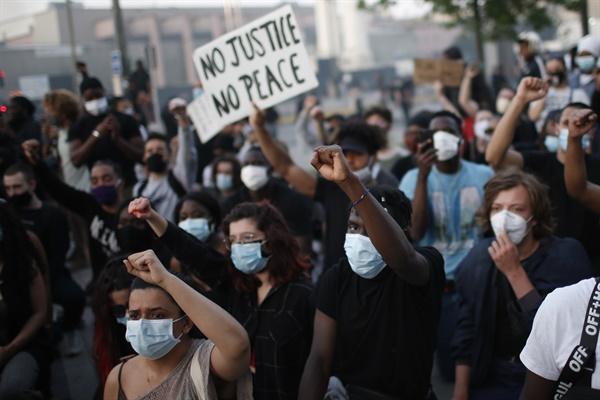 프랑스에서도 '경찰의 흑인 폭력' 항의 시위 열려 2일(현지시간) 프랑스 파리에서 경찰의 흑인에 대한 폭력에 반대하는 시위가 벌어지고 있다. 미국에서 경찰의 흑인에 대한 폭력에 항의하는 시위가 거세지는 가운데 이날 프랑스에서도 과거 경찰에 연행돼 숨진 흑인 청년 사건에 경찰의 책임을 묻는 시위가 벌어졌다.