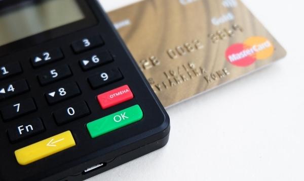 3일 금융위원회는 카드승인액을 기초로 주말에 한정해 카드사의 영세 가맹점에 대한 주말 대출취급을 허용할 수 있도록 법령해석을 변경했다고 밝혔다.