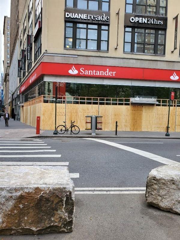 맨해튼에 있는 선탠더 은행은 약탈을 피하기 위해 출입문과 창문을 널빤지로 완전히 봉쇄했다.