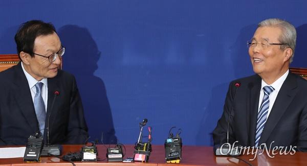 더불어민주당 이해찬 대표가 3일 오전 서울 여의도 국회 당 대표실을 찾은 미래통합당 김종인 비상대책위원장과 환담하고 있다.