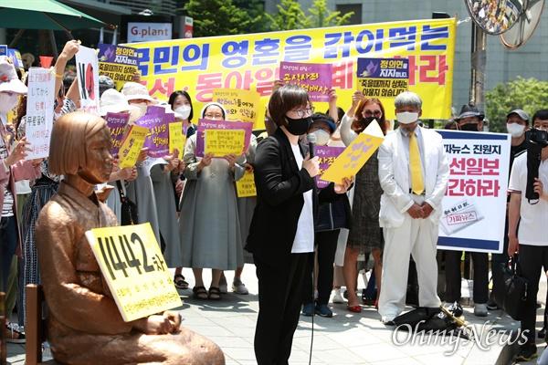 3일 오후 서울 종로구 일본대사관앞에서 '제1442차 일본군성노예 문제해결을 위한 수요시위'가 정의기억연대 주최로 열렸다. 정의기억연대 이나영 이사장이 경과보고를 하고 있다.