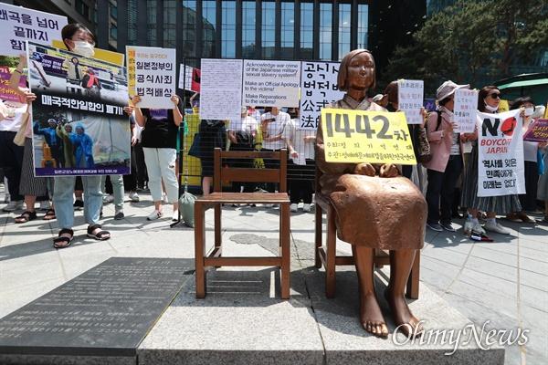 3일 오후 서울 종로구 일본대사관앞에서 '제1442차 일본군성노예 문제해결을 위한 수요시위'가 정의기억연대 주최로 열렸다.