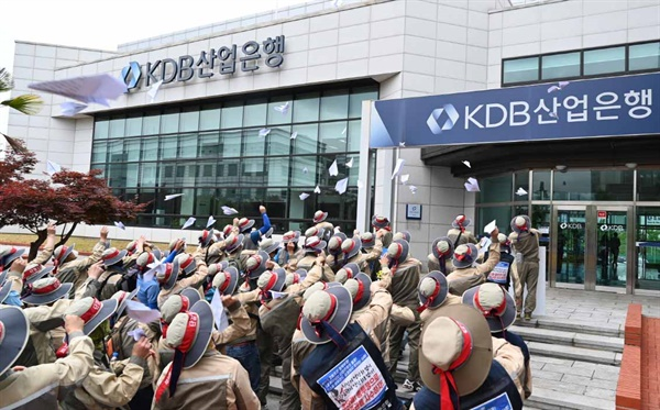STX조선해양의 무급휴직 연장과 관련해, '노동자생존권보장 조선산업살리기 경남대책위'는 6월 3일 산업은행 창원지점 앞에서 '규탄 기자회견'을 열엇다.