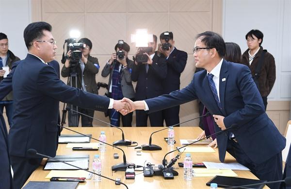 박종호 산림청장 남북 산립협력 회담 남측 수석대표를 맡았던 박종호 산림청장.(오른쪽). 2018년 10월 22일 제2차 남북 산림 협력 분과 회담에 앞서 북 대표와 악수를 하고있다.