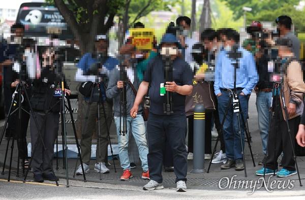 3일 오후 서울 종로구 일본대사관앞에서 보수유튜버들이 정의기억연대 주최 수요시위 현장을 촬영하고 있다.