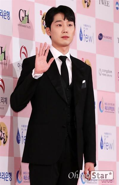 '대종상' 이가섭, 깔끔한 인사 이가섭 배우가 3일 오후 서울 광진구의 한 호텔에서 열린 제56회 대종상영화제 시상식 레드카펫에 참석하고 있다.